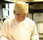 料理を作っているシェフの画像